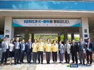 Minister of Education visits KERIS to review Korea's response to the unprecendented online school opening